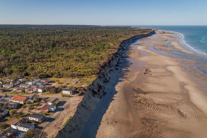Sur les plages de l'Atlantique, l'érosion côtière révèle les lacunes juridiques françaises