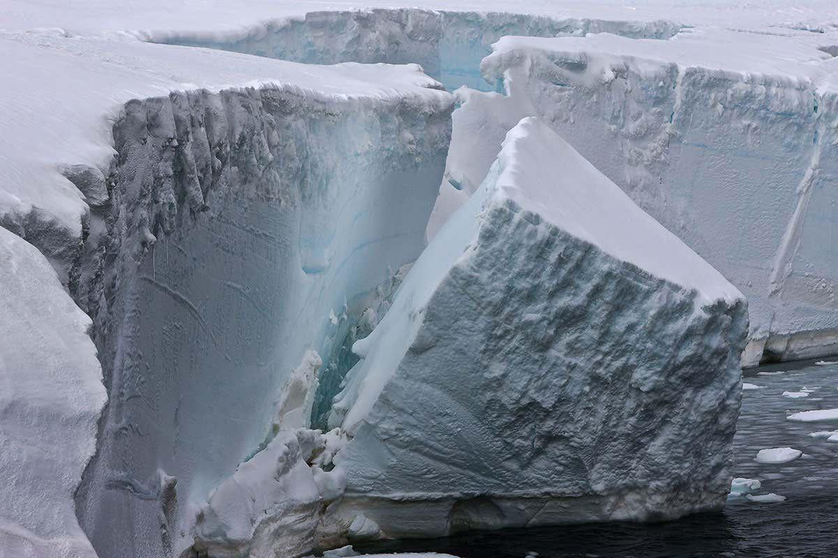 Le glacier Thwaites, géant de l'Antarctique, miné par des flux d'eau chaude inattendus.