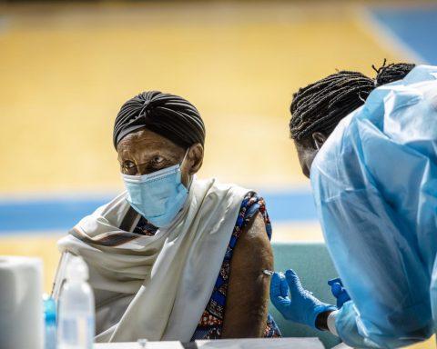 """En manque de vaccins, l'Afrique est frappée par une troisième vague """"brutale"""" de Covid-19"""