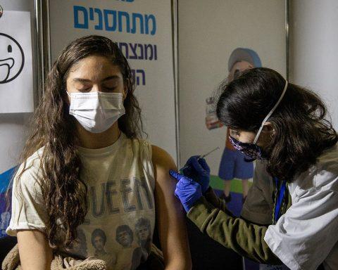 Comment Israël, un des pays les plus vaccinés, tente de contrôler le rebond épidémique